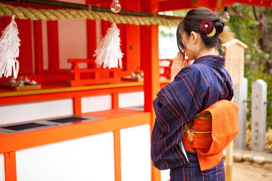 Melakukan doa pertama di sebuah kuil atau tempat suci